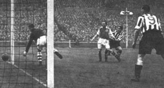 A cena real do gol de Robledo, que originou o desenho do menino Lennon