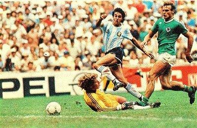 A Alemanha, de uniforme verde, contra a Argentina de Maradona em 1986. No México, não deu pra Alemanha usando Verde numa Final. Quem sabe no Brasil em 2014....