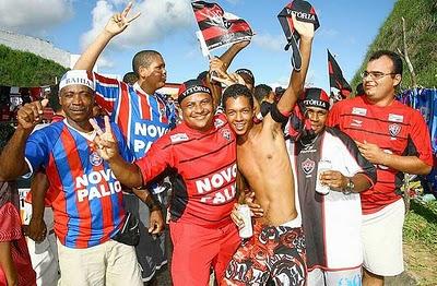 Torcidas de Bahia e Vitória juntas, em clima de paz. Que a cena se repita em outros Ba-Vis.