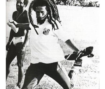 Bob Marley com a camisa do Santos, do Rei Pelé