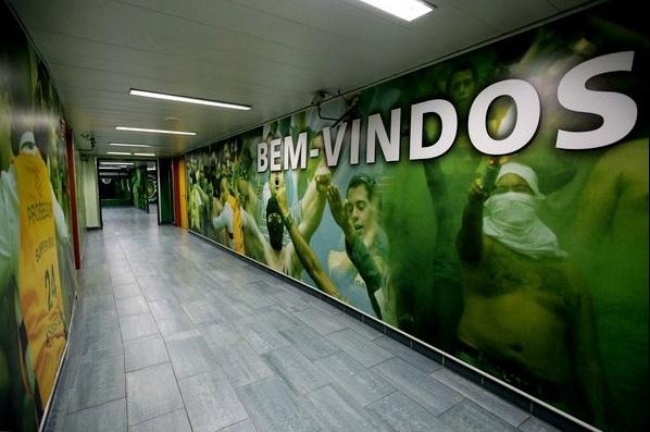 O Hall para os Ultras (Torcidas Organizadas européias) no Estádio Alvalade, do Sporting Lisboa. Os torcedores entram, pegam seus materiais, assistem o jogo e devolvem. Não é possível entrar ou sair com eles.