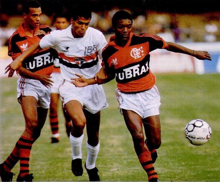 Cafu x Nélio: o confronto São Paulo x Flamengo era frequente nos anos 90, principalmente em 1993.